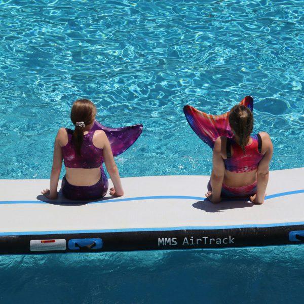 Mermaid Sisters met zeemeermin staart op de Airtrack
